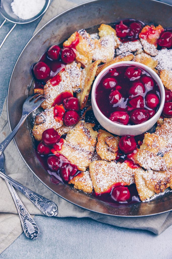 Kaiserschmarrn Rezept mit heißen Kirschen
