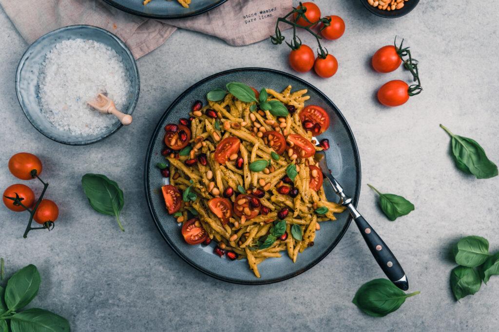 Rezept für mediterrane Pasta mit Granatapfelkernen und Pesto